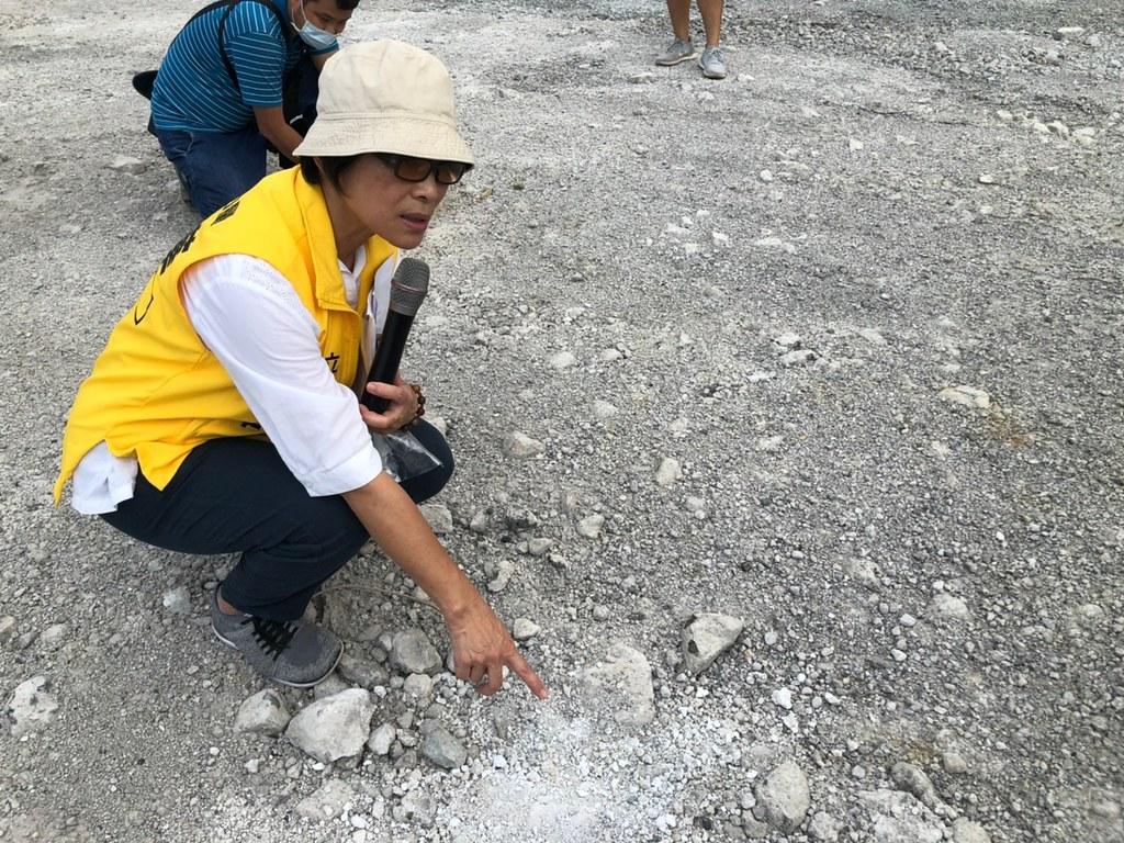 立委陳椒華9月26日至台南學甲爐渣不當掩埋場址現勘。圖片來源:陳椒華辦公室提供。