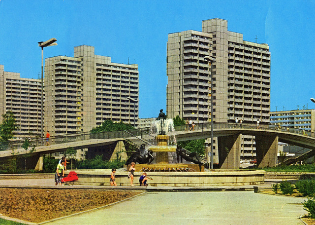 Halle Neustadt. Frauenbrunnen and bridge over Magistrale, 1981.
