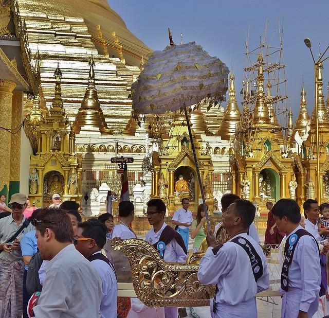 Myanmar,  Burma, die prächtigste Pagode - der Shwedagon, religiöses Zentrum des Landes , Prozessionen, , 78034/13039