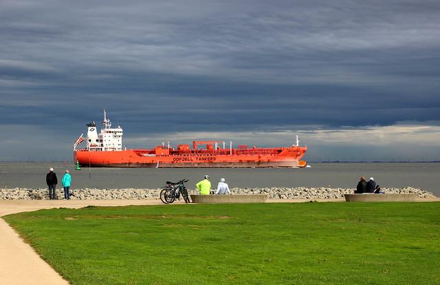 Tanker auf der Elbe vor Cuxhaven-Altenbruch