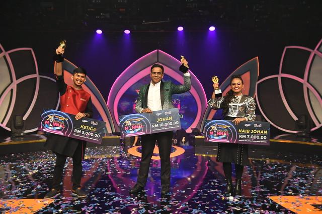 Piraveen (Juara) Merakam Foto Kemenangan Bersama-Sama Jayabarkavi (Tempat Kedua) Dan Ruhan (Ketiga)