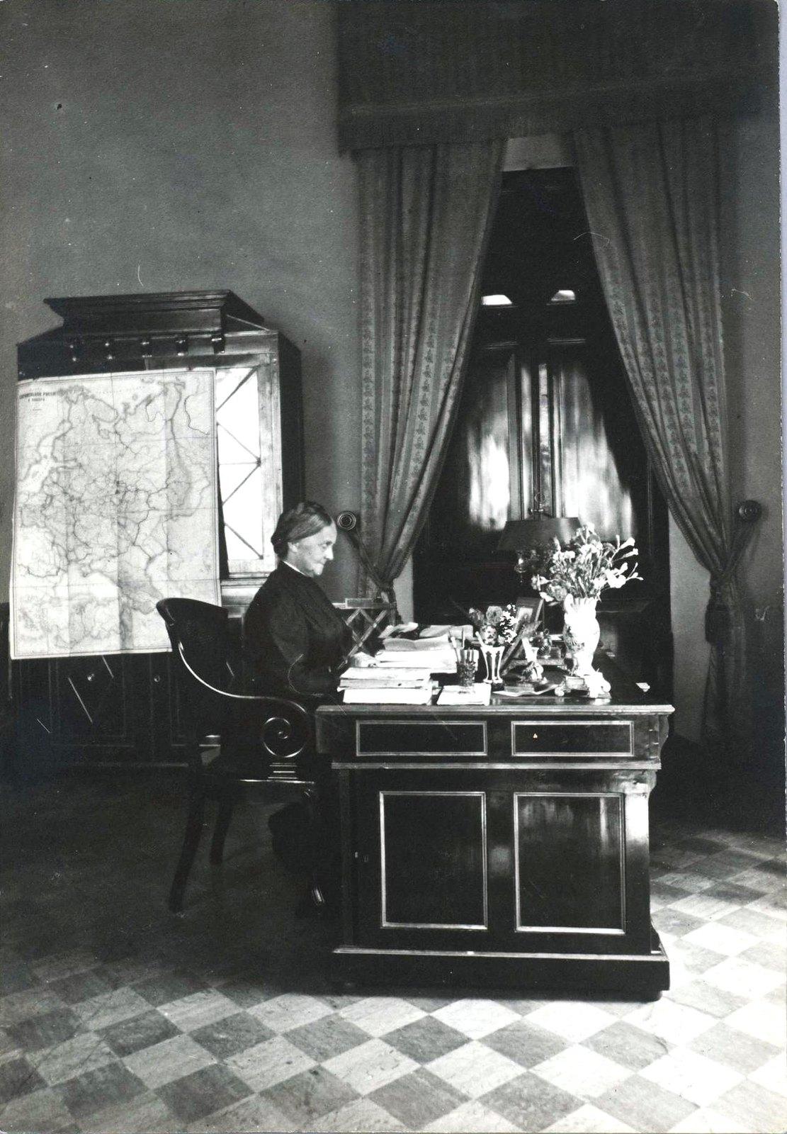 11. Графиня П.С. Уварова за столом в кабинете