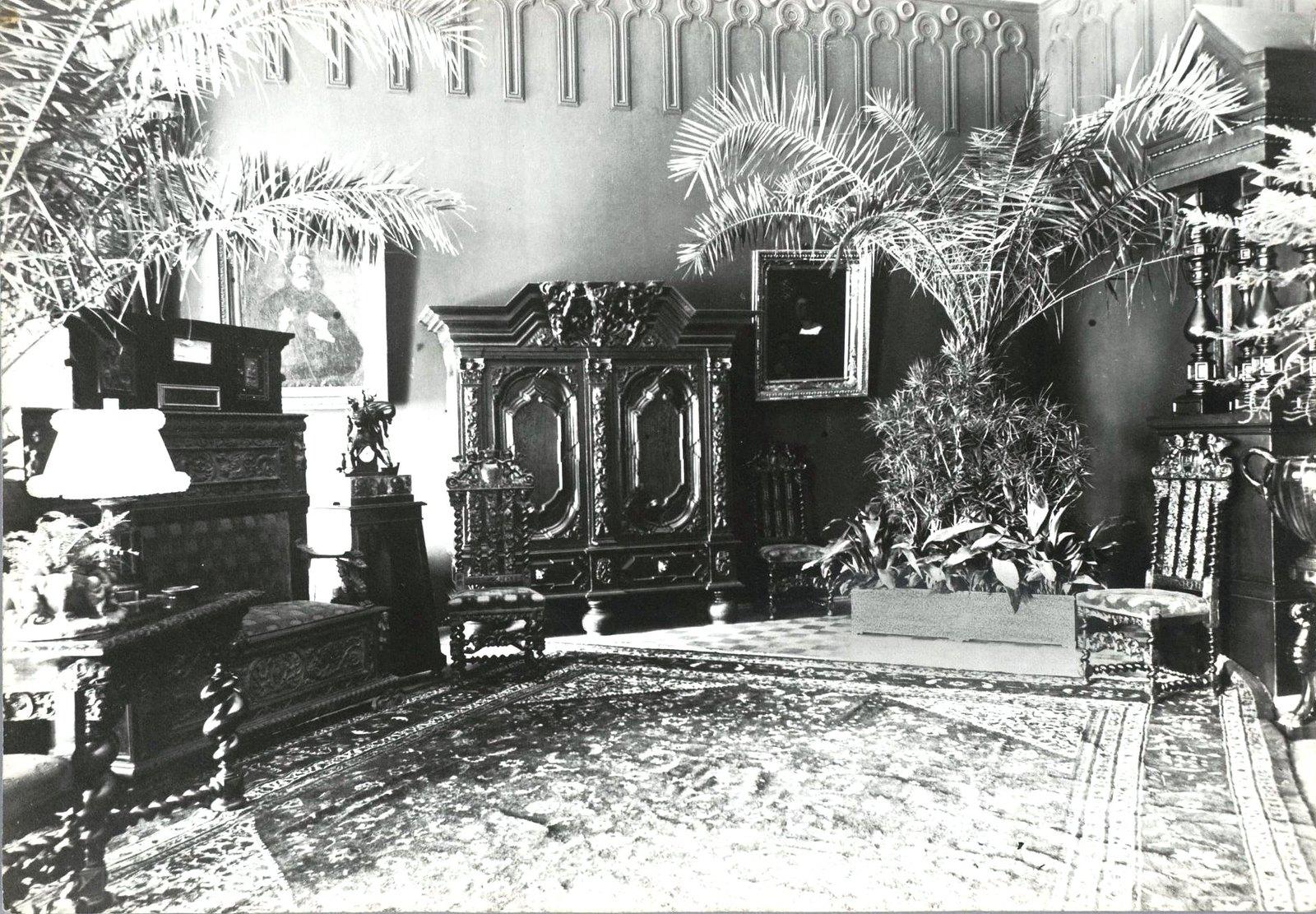 09. Вид комнаты с неоренессансной мебелью