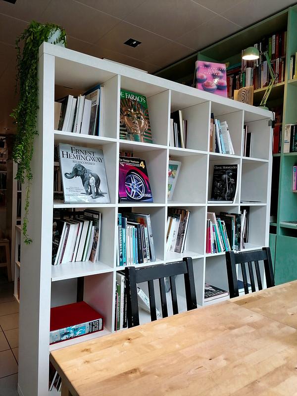 Una de las estanterías de Books & Brunch, en Brujas