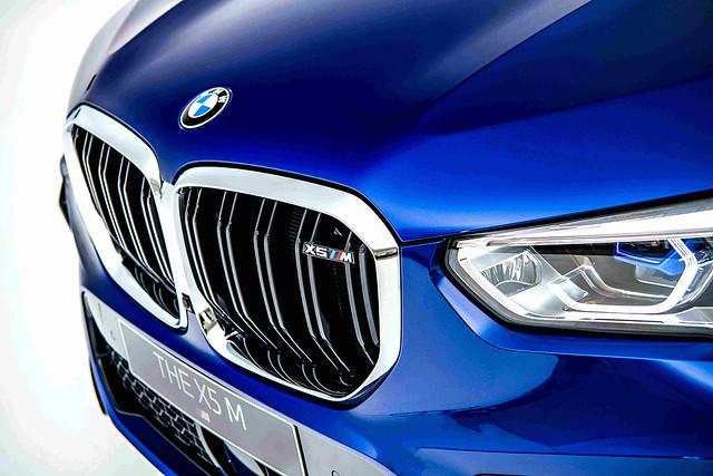 [新聞照片五]M專屬黑色高光澤雙肋造型水箱護罩與鍍鉻外框,搭載湛藍色智慧雷射頭燈,顯示BMW X5 M不凡的地位象徵。