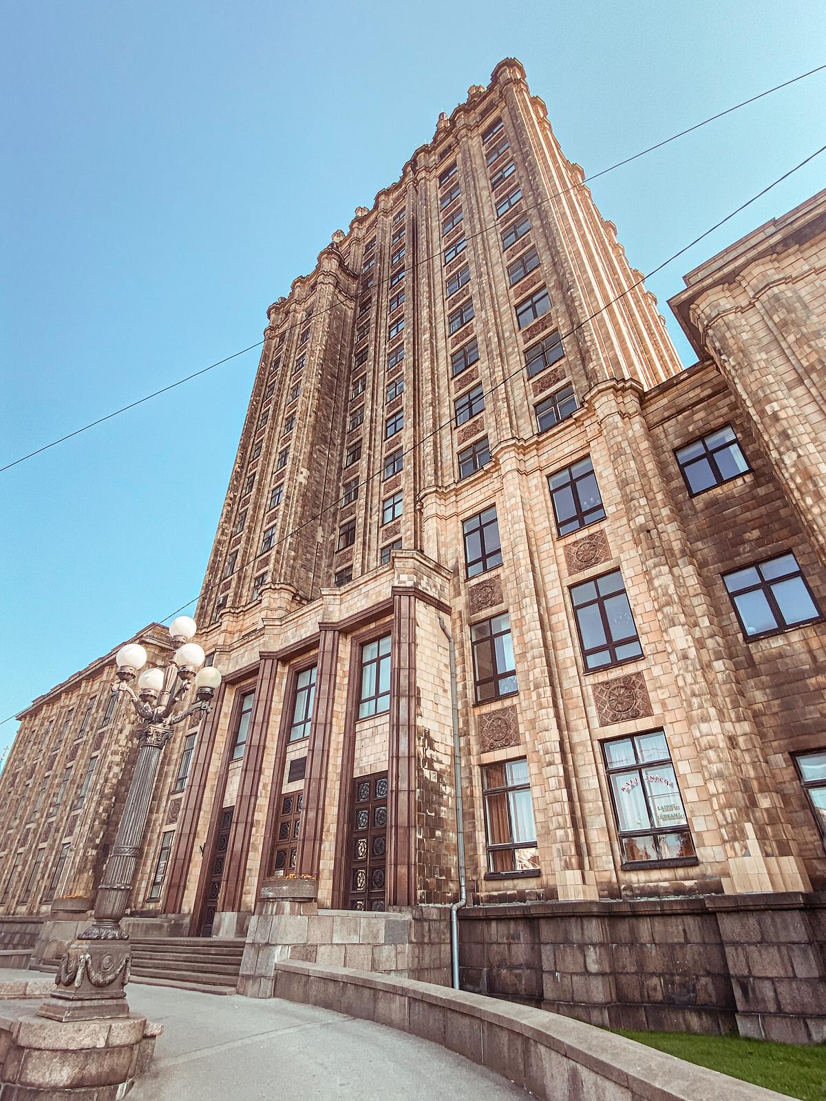 """Tiedeakatemian rakennus eli """"Stalinin hammas"""""""
