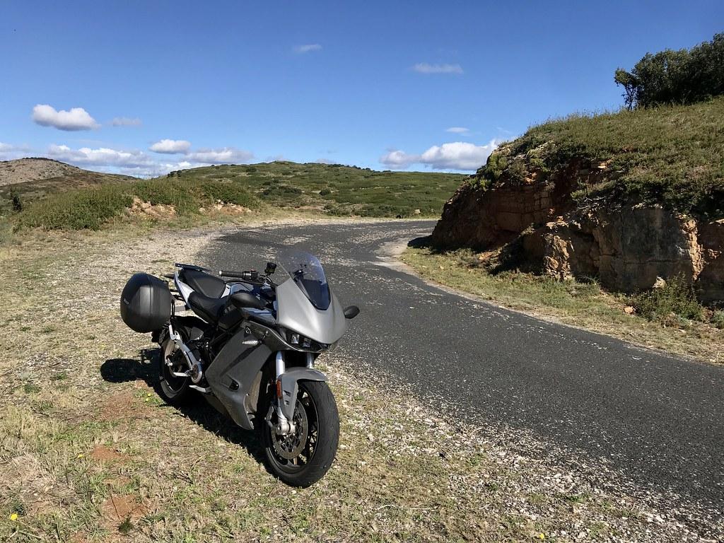 Moto électrique sur route abimée