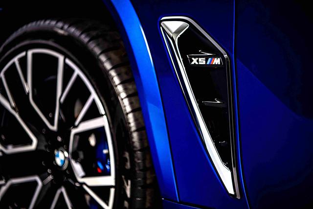 [新聞照片七]M專屬車側導流氣孔提升高速行駛時的穩定性,降低空氣阻力的同時也幫助剎車散熱。