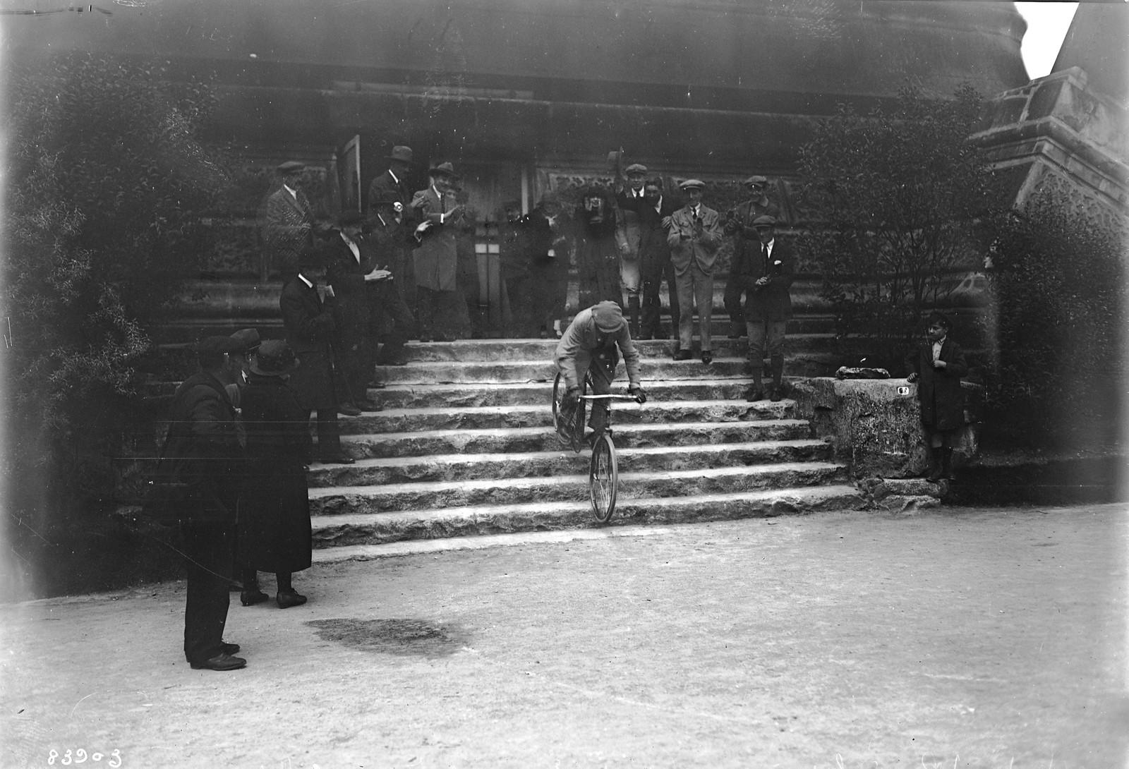 21. 1922. Пьер Лабрик спускается на велосипеде с 1-го этажа Эйфелевой башни  (3)