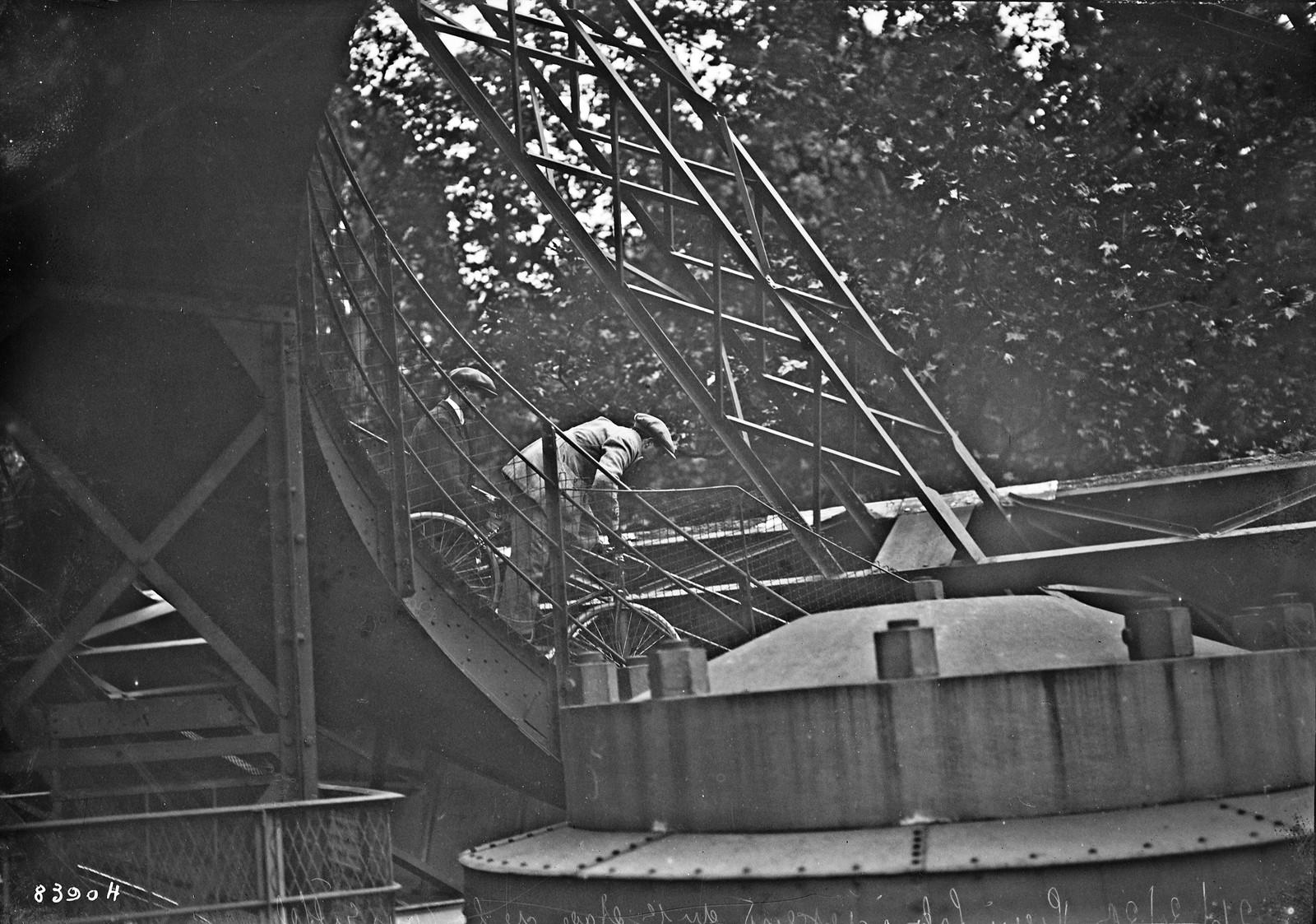 20. 1922. Пьер Лабрик спускается на велосипеде с 1-го этажа Эйфелевой башни