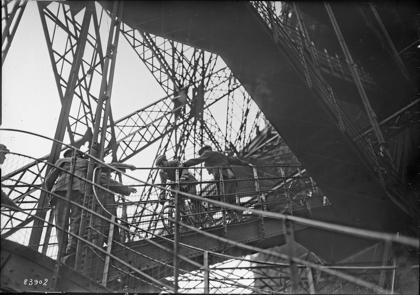 19. 1922. Пьер Лабрик спускается на велосипеде с 1-го этажа Эйфелевой башни