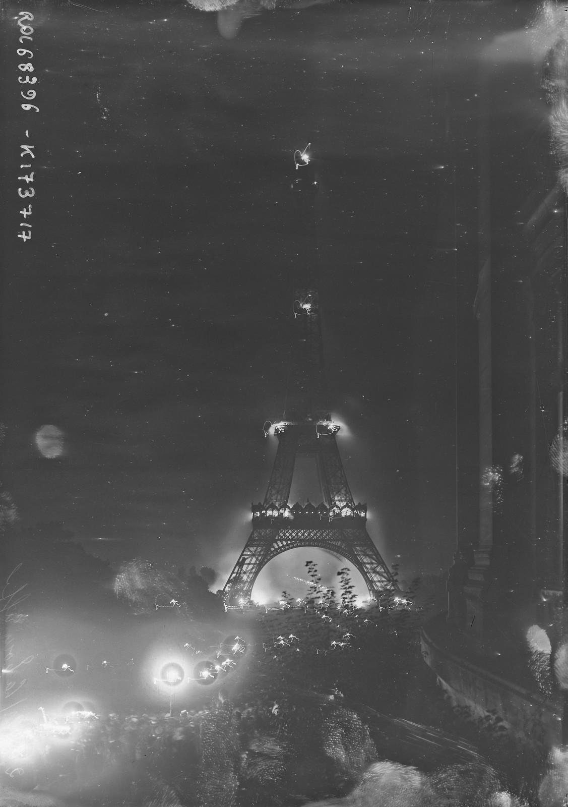 13. 1921.Эйфелева башня с подсветкой.  26.08.