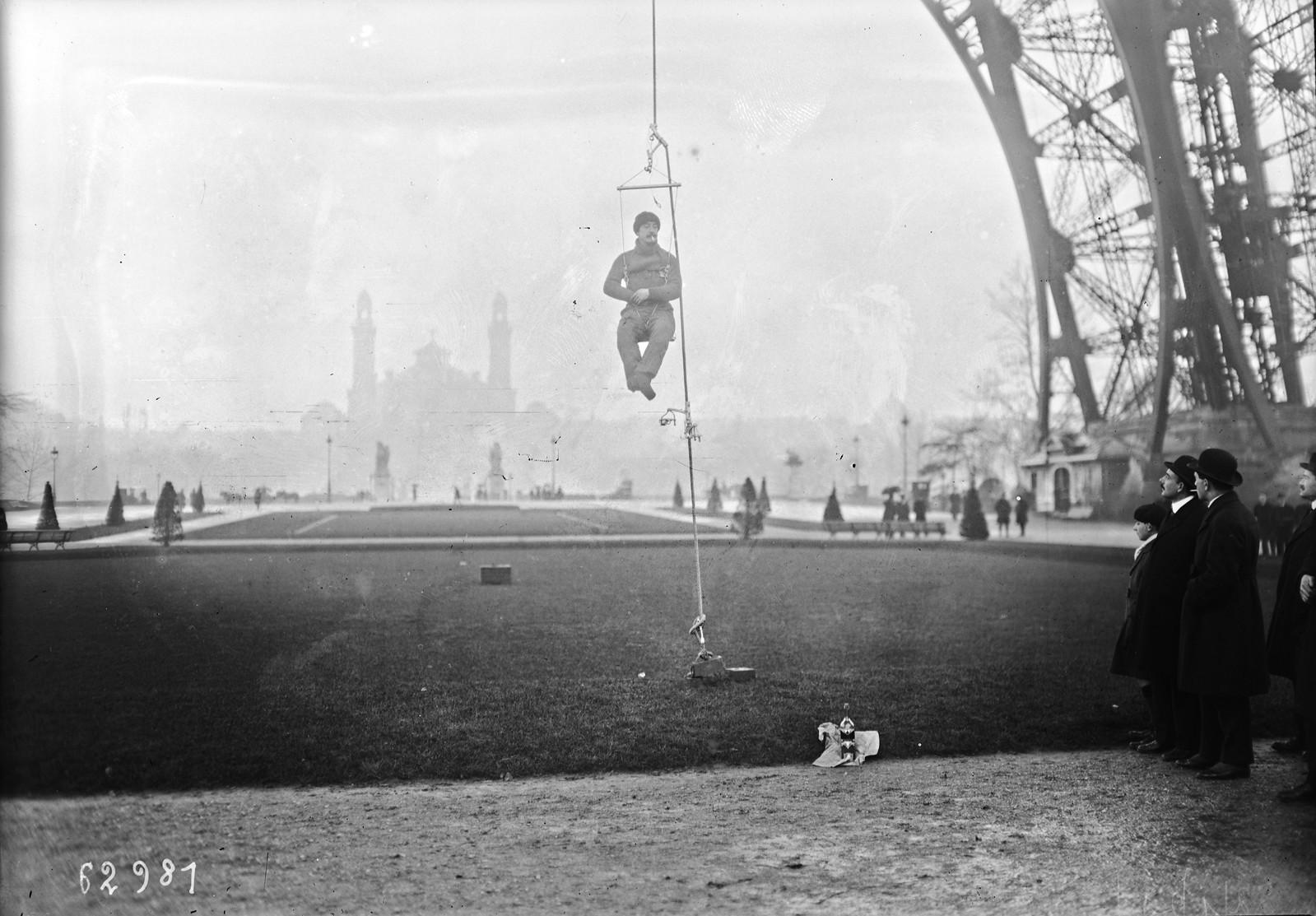 11. 1921. Поль Канс поднимается на первую платформу при помощи своего приспособления