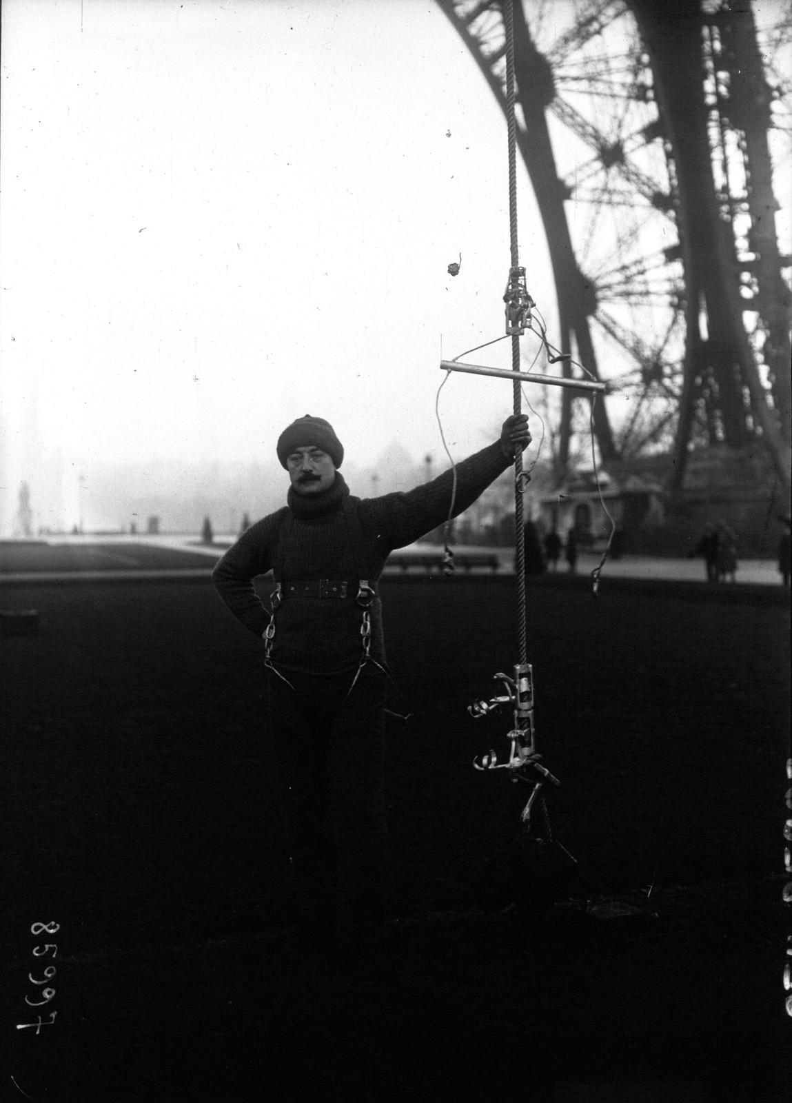 06. 1921. Поль Канс со своим устройством, которое он называет «мартышкой» (позволяющее подниматься и опускаться по гладким канатам) у Эйфелевой башни
