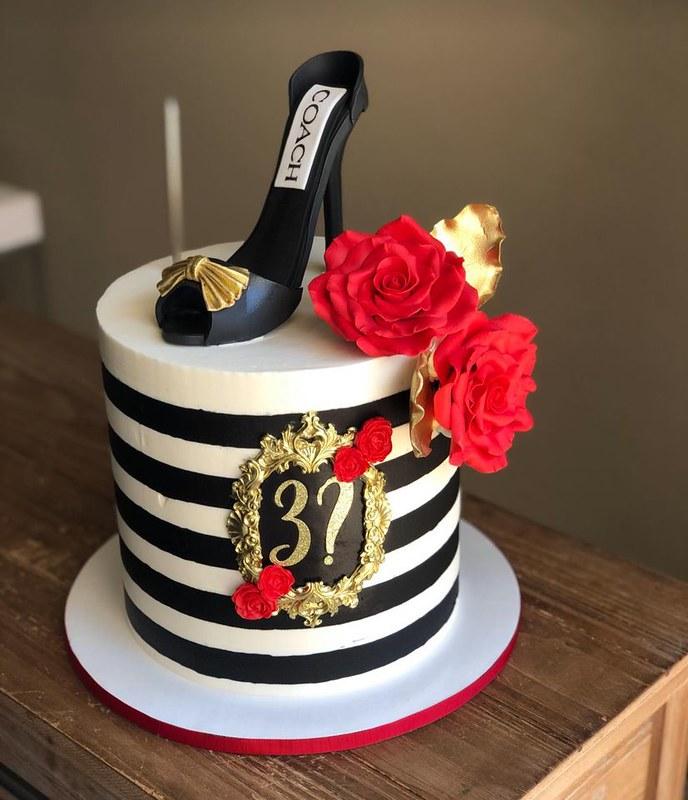 Cake by Juliana Gourmet