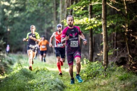 Podzimní barevnou galerii nabídl půlmaraton vČeském lese