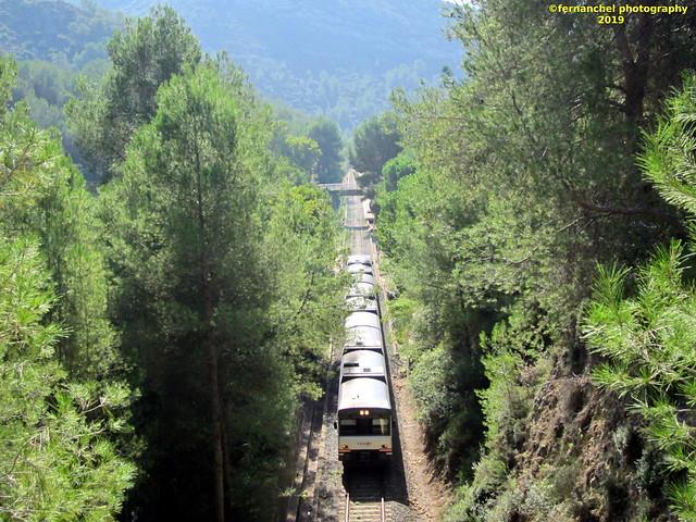 Tren de media distancia de Renfe (Regional Xátiva-Alcoi) a su paso por GENOVES (Valencia)