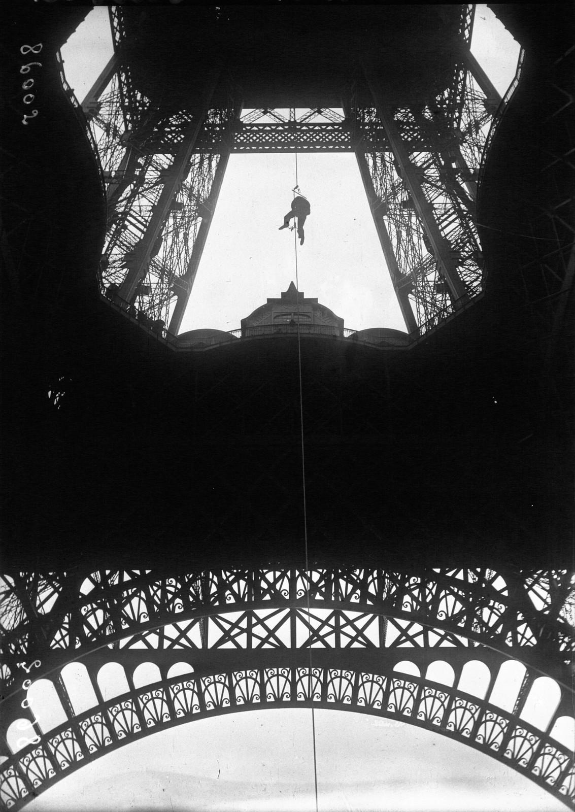 10. 1921. Поль Канс поднимается на первую платформу при помощи своего приспособления