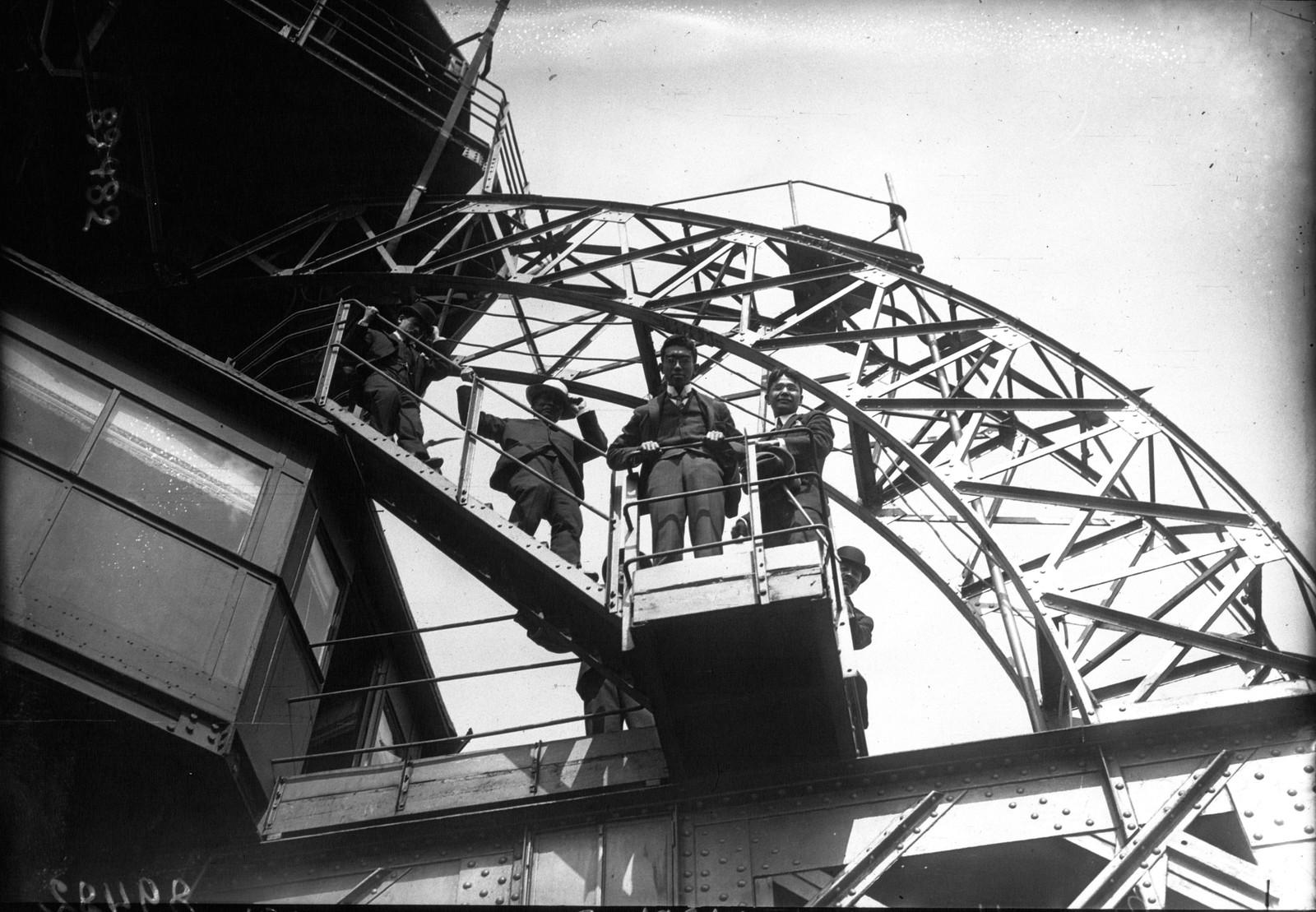 03. 1921. Посещение принцем Хирохито Эйфелевой башни. Принц на лестнице к третьей платформе