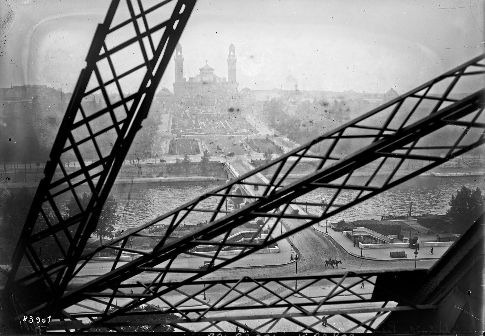 18. 1922. Пьер Лабрик спускается на велосипеде с 1-го этажа Эйфелевой башни (вид на Трокадеро с Эйфелевой башни)