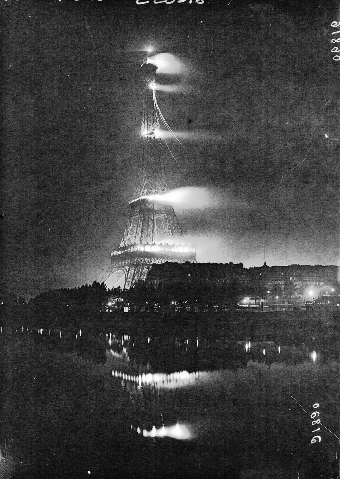 12. 1921. Ночная подсветка Эйфелевой башни в честь американских войск