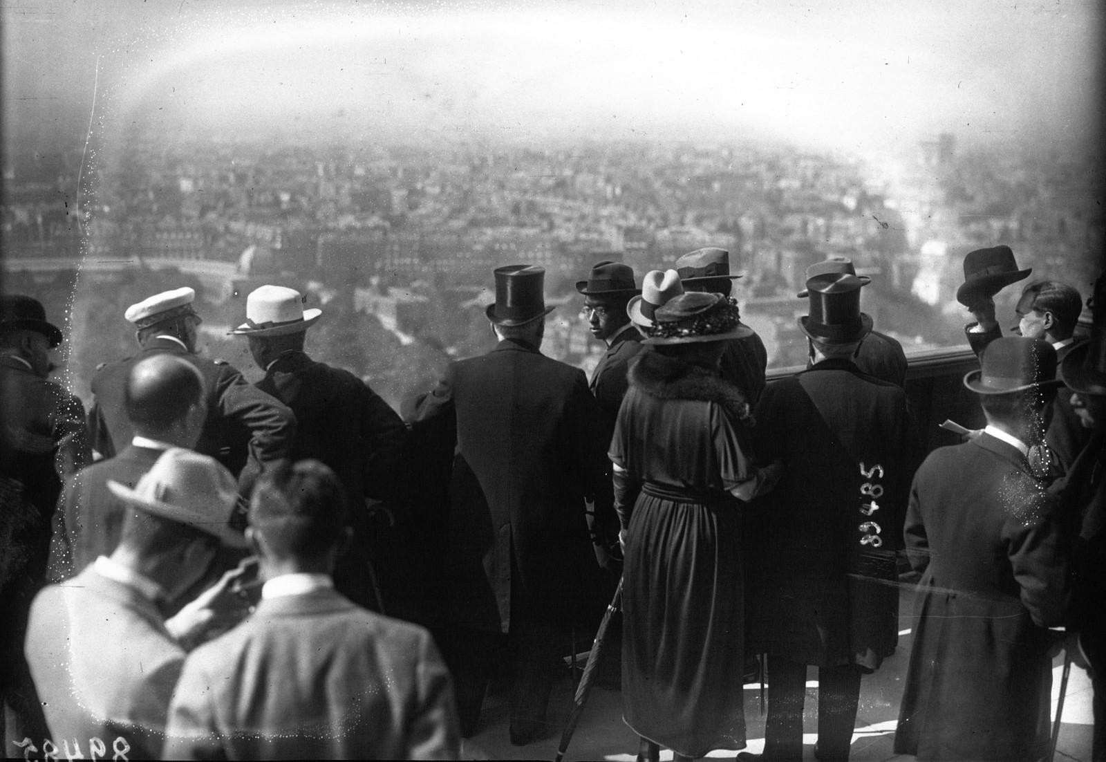 02. 1921. Посещение принцем Хирохито Эйфелевой башни. Принц на второй платформе, смотрит на Париж