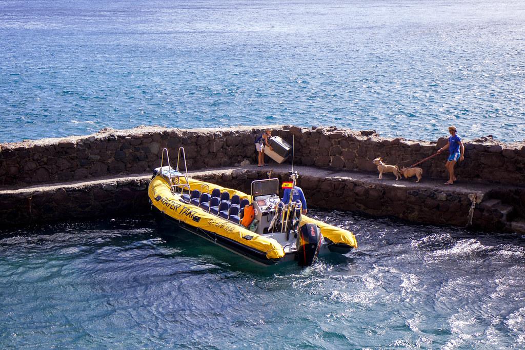Water taxi en la playa de Antequera en Tenerife