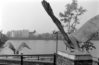Two swans, Catherine Marr-Johnson, sculpture, Battersea Bridge, Wandsworth, 1988 88-5g-65-positive_2400
