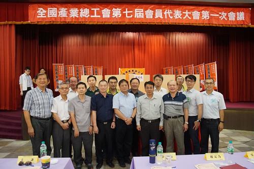 1090617石油工會陳理事長及石油工會代表與全產總卸任莊爵安理事長、新任江健興理事長一同合影。