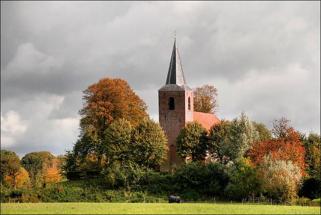 Kerk van Eenum in herfsttooi