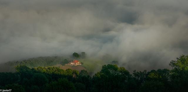 La montaña despierta, envuelta en niebla.
