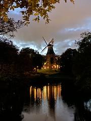 Mühle auf dem Wall - eine Windmühle mitten in Bremen in der Dämmerung