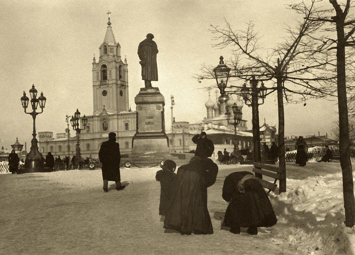 Вид на памятник Пушкину и Страстной монастырь со стороны Никитского сада