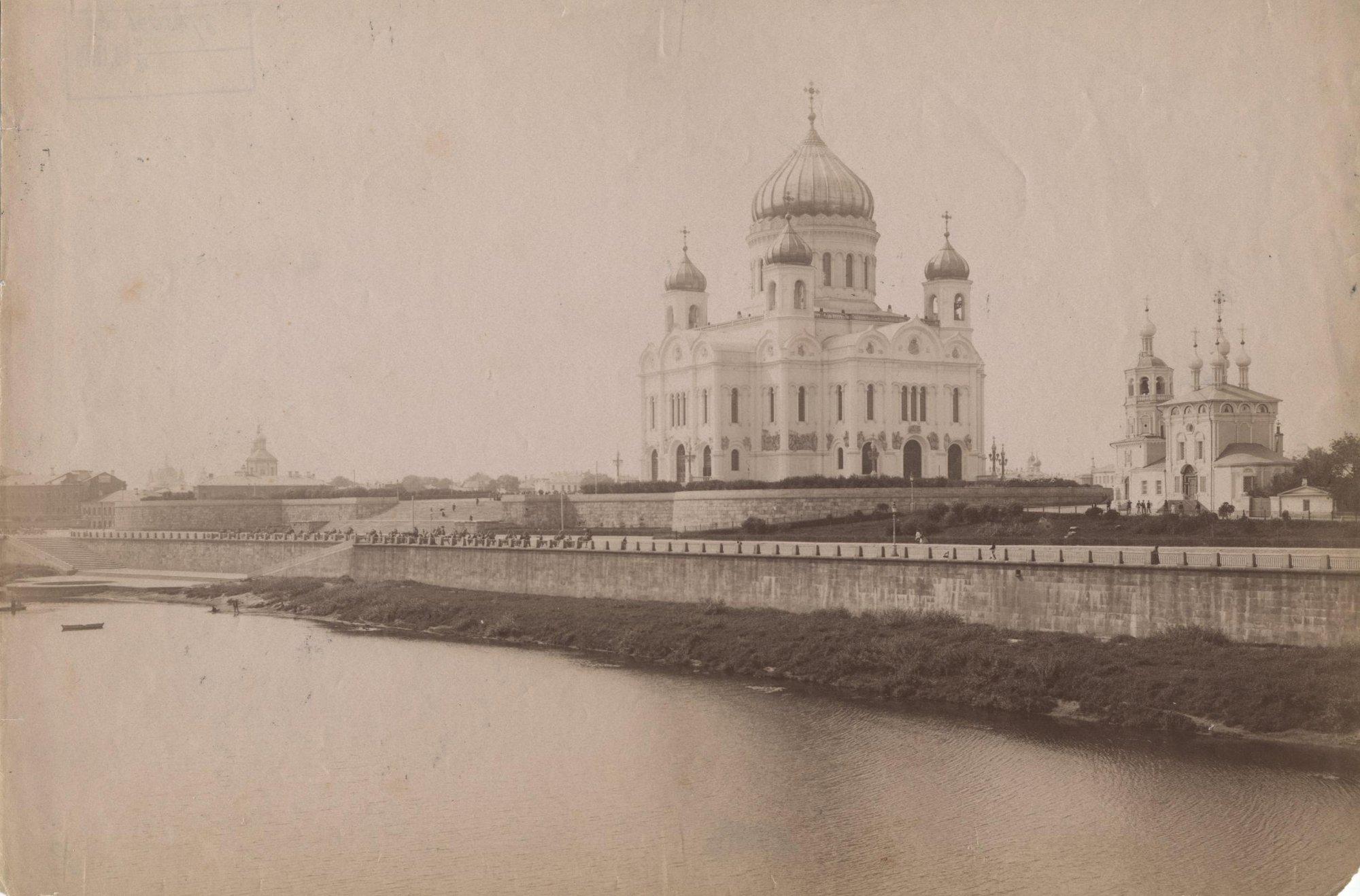 Вид храма Христа Спасителя со стороны Москвы-реки