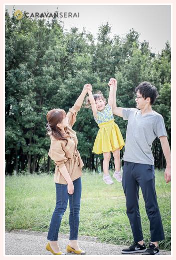 パパとママが女の子を高い高い!