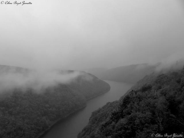 Jour de brouillard sur la Dordogne - Corrèze - Limousin - France - Europe