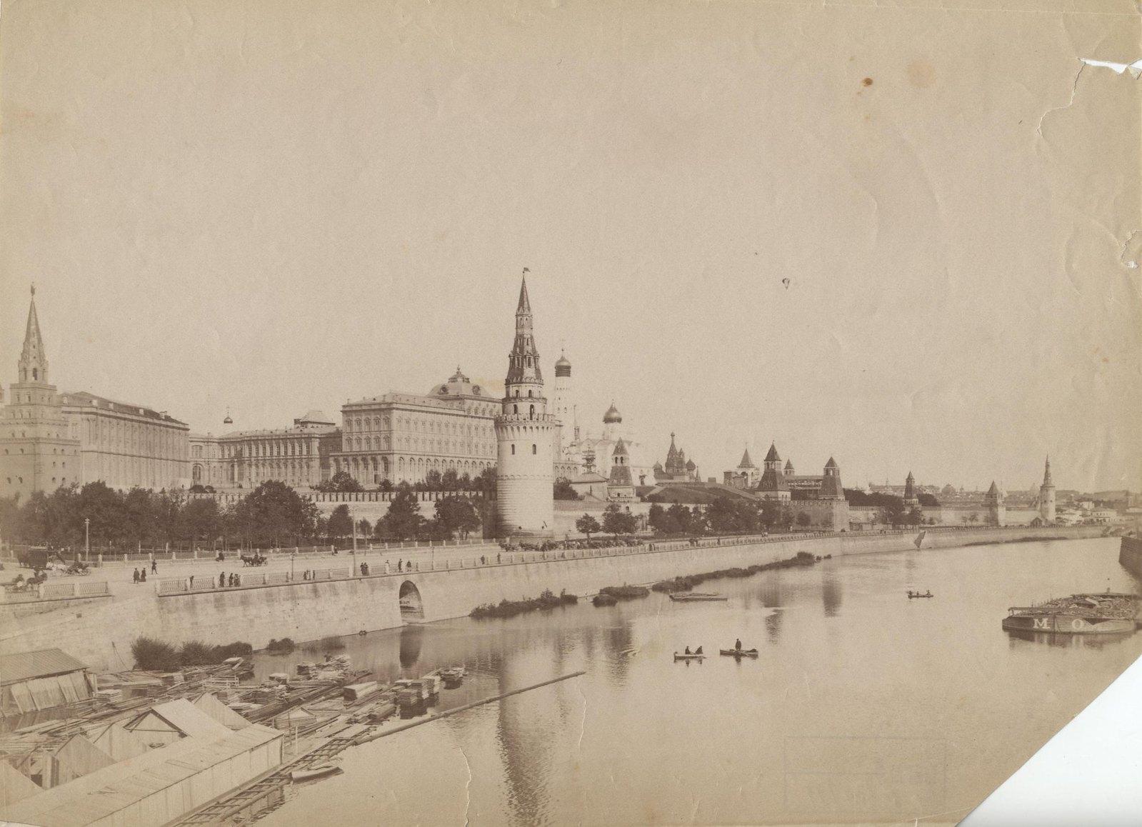 Панорама Кремля со стороны Москвы-реки с видом на Боровицкую и Водовзводную башни и Большой Кремлевский дворец