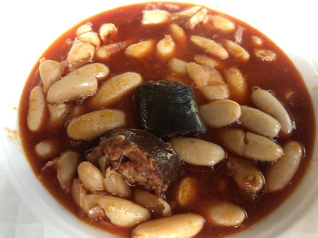 Fabada asturiana en el restaurante del hotel Castillo de Alba (Pola de Somiedo)