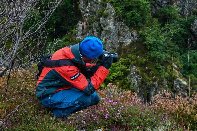 Roberto López tomando fotos en Somiedo (Tras la huella del oso pardo)