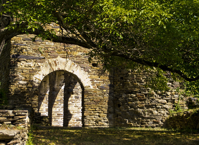 Entrant al vell monestir / Old abbey entrance