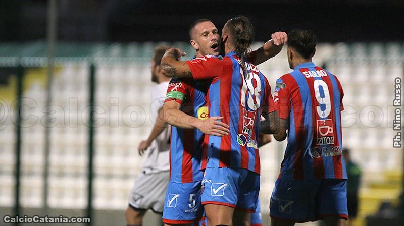 Silvestri abbraccia Tonucci dopo il gol realizzato da quest'ultimo contro la Juve Stabia