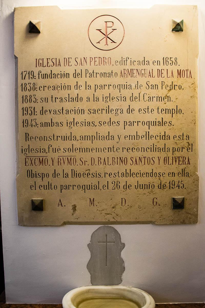 Lápida con la memoria de los avatares del templo, desde su fundación en 1658