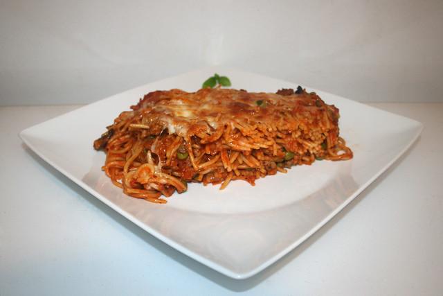 33 - Spaghetti casserole with leek & mushrooms - Side view / Spaghetti-Auflauf mit Lauch & Pilzen - Seitenansicht