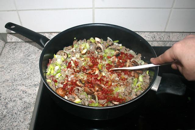 13 - Braise tomato puree / Tomatenmark anbraten