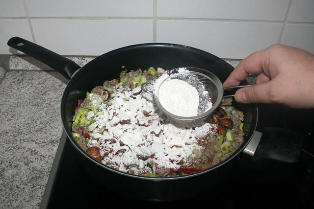 14 - Dredge with flour / Mit Mehl bestäuben