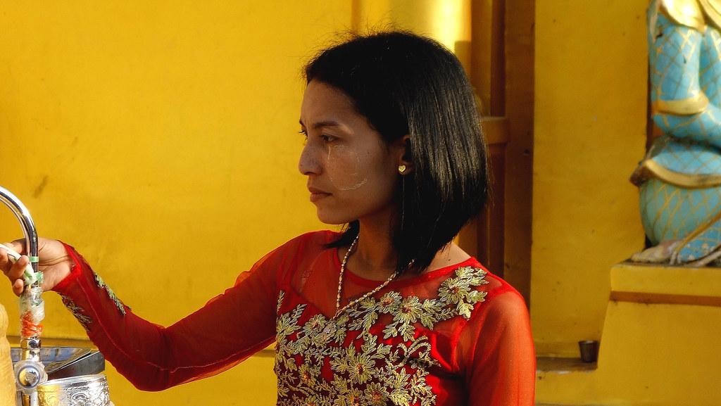Myanmar,  Burma, die prächtigste Pagode - der Shwedagon, religiöses Zentrum des Landes , junge Frau, 78049/13054