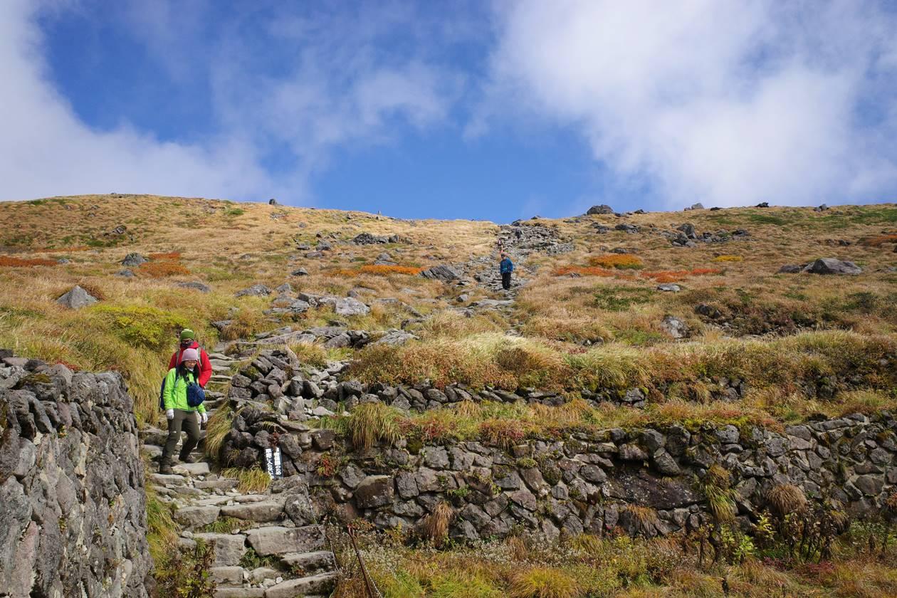 月山 登山道と草紅葉