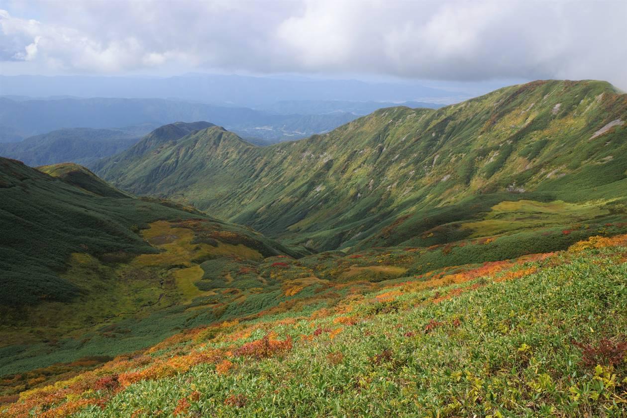 月山の紅葉と稜線風景