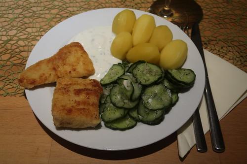 Panierte Filets vom Victoriasee-Barsch mit Joghurtdip, Salzkartoffeln und Gurkensalat (mein Teller)
