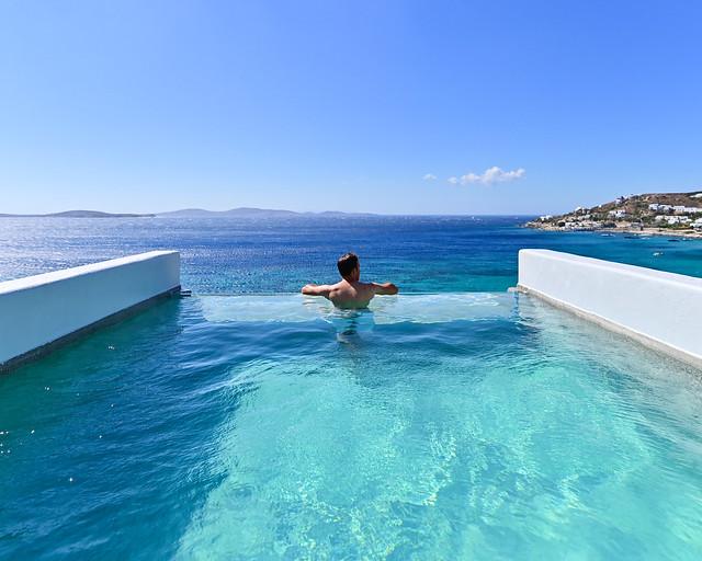 Hotel con piscina infinita en la habitación en Grecia